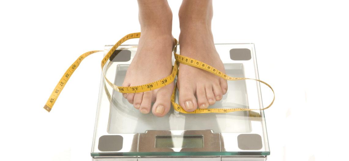 Đôi chân và chiếc cân điện tử sức khỏe