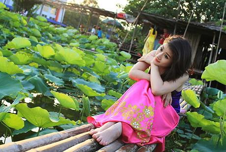 thieu-nu-va-mua-sen-no-het-sen-33-hoasenvang.com.vn