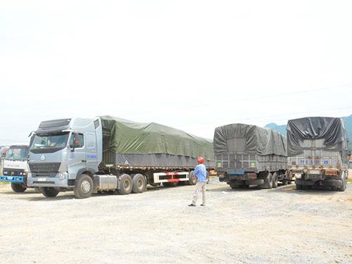 Đoàn xe quá tải bị tạm giữ tại Trạm Kiểm tra tải trọng xe cơ giới Hà Tĩnh. Ảnh: ĐỨC NGỌC