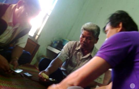 Cán bộ thanh tra giao thông Hậu Giang và phó chánh văn phòng UBND huyện Vị Thủy đánh bạc ăn tiền. Ảnh: Người dân cung cấp