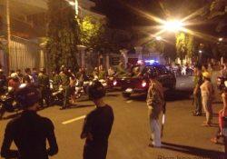 Hàng trăm người dân hiếu kỳ xem cảnh sát… bắt nhóm côn đồ