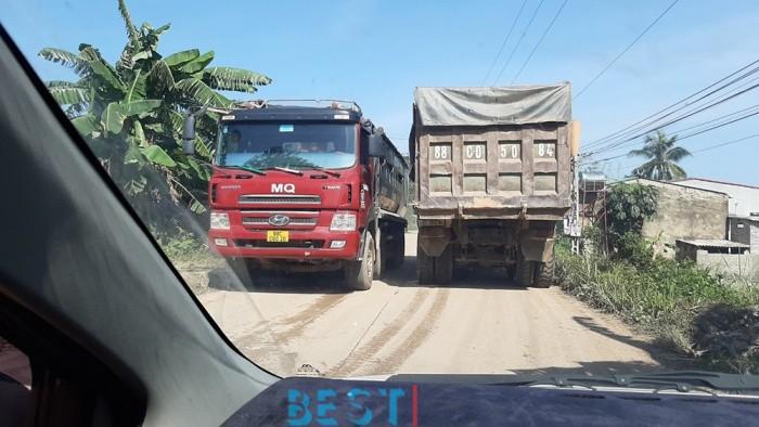 [ATGT] Vĩnh Phúc: Xe quá tải quần nát đường nông thôn