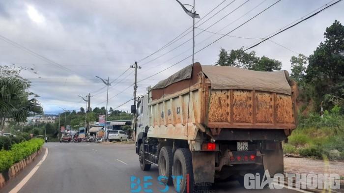 """[ATGT] Đắk Nông: Xe cơi nới thành thùng, chở """"có ngọn"""" tung hoành khắp phố"""