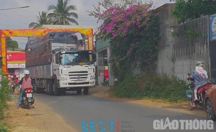 Xe tải quá cỡ vô tư cày, phá đường Buôn Ma Thuột, dân kêu cứu