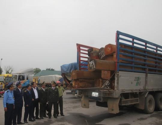 Lực lượng chức năng tỉnh Nghệ An hạ tải một đoàn xe chở gỗ từ Lào sang Việt Nam