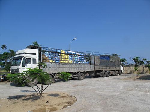 Xe quá tải bị buộc hạ tải tại Trạm CSGT Công an Phú Yên (tại xã An Mỹ, huyện Tuy An). Ảnh: Hồng Ánh