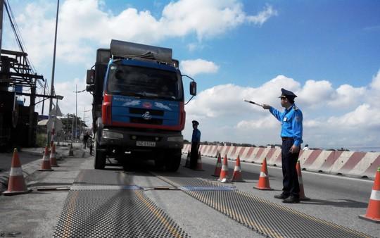 Lực lượng thanh tra giao thông Hà Nội kiểm soát tải trọng xe bằng cân lưu động