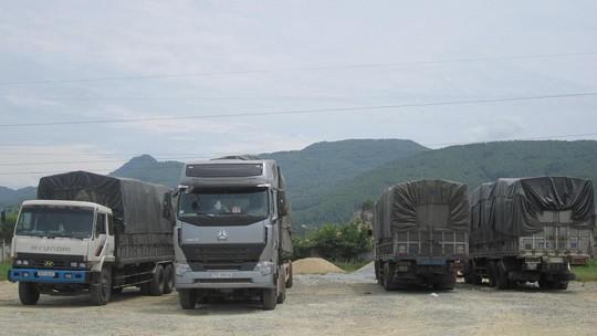 4 chiếc xe chở quá tải bị tạm giữ tại Trạm cân Hồng Lĩnh, Hà Tĩnh.